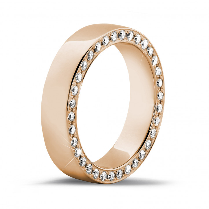 0.70 karaat brede alliance in rood goud met kleine ronde diamanten in zijkant