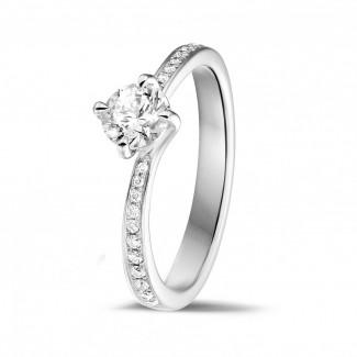 - 0.50 karaat diamanten solitaire ring in wit goud met zijdiamanten