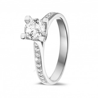 0.75 caraat diamanten solitaire ring in wit goud met zijdiamanten