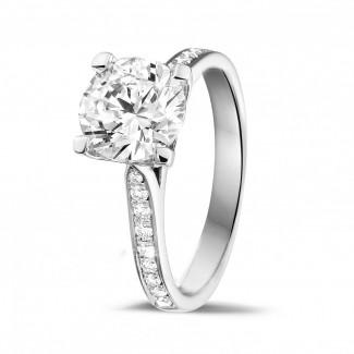 - 2.00 karaat diamanten solitaire ring in wit goud met zijdiamanten