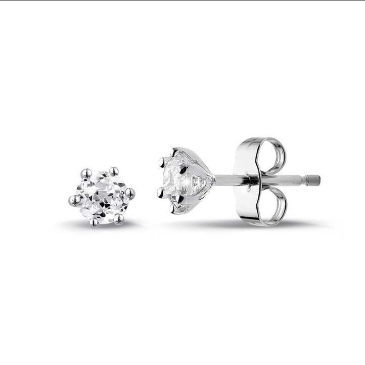 0.60 caraat klassieke diamanten oorbellen in platina met zes griffen