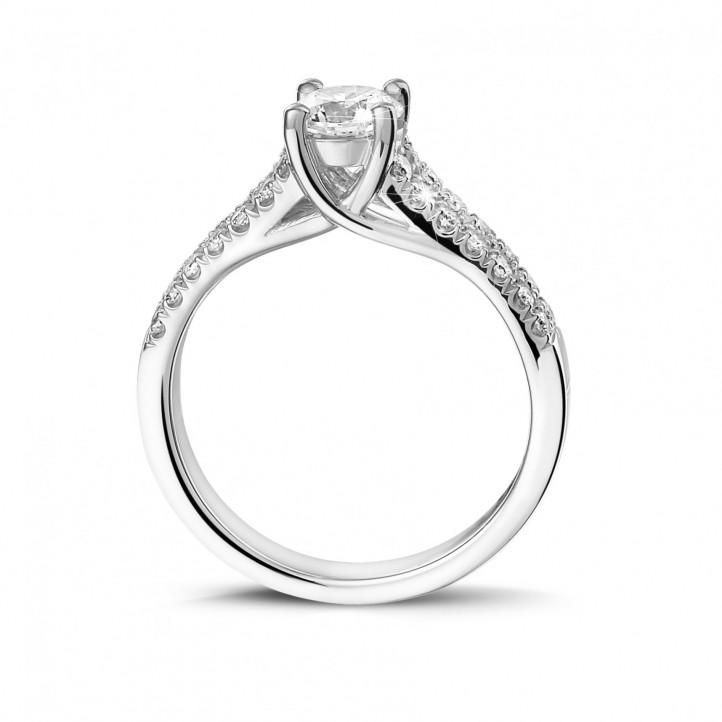 0.50 karaat solitaire ring in platina met zijdiamanten