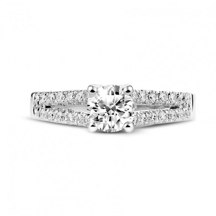 0.70 caraat solitaire ring in platina met zijdiamanten