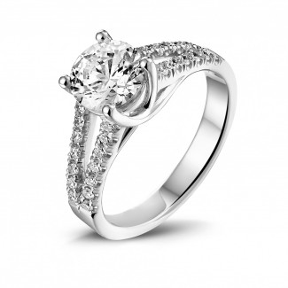 - 1.20 karaat solitaire ring in wit goud met zijdiamanten