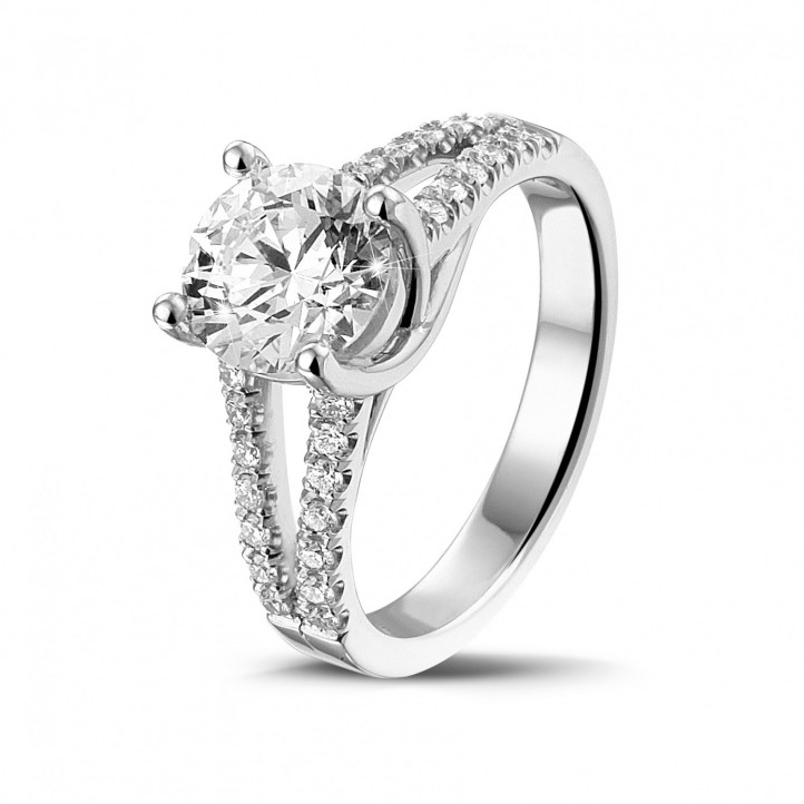 1.50 karaat solitaire ring in wit goud met zijdiamanten