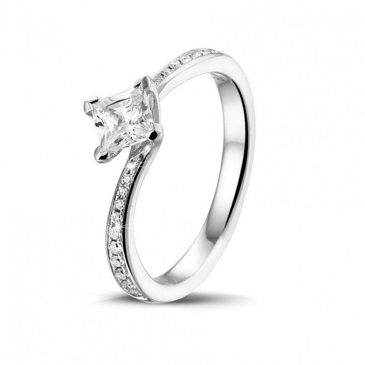 0.50 karaat solitaire ring in platina met princess diamant en zijdiamanten
