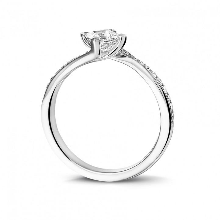 0.50 caraat solitaire ring in platina met princess diamant en zijdiamanten