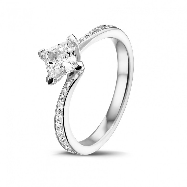 0.70 karaat solitaire ring in wit goud met princess diamant en zijdiamanten