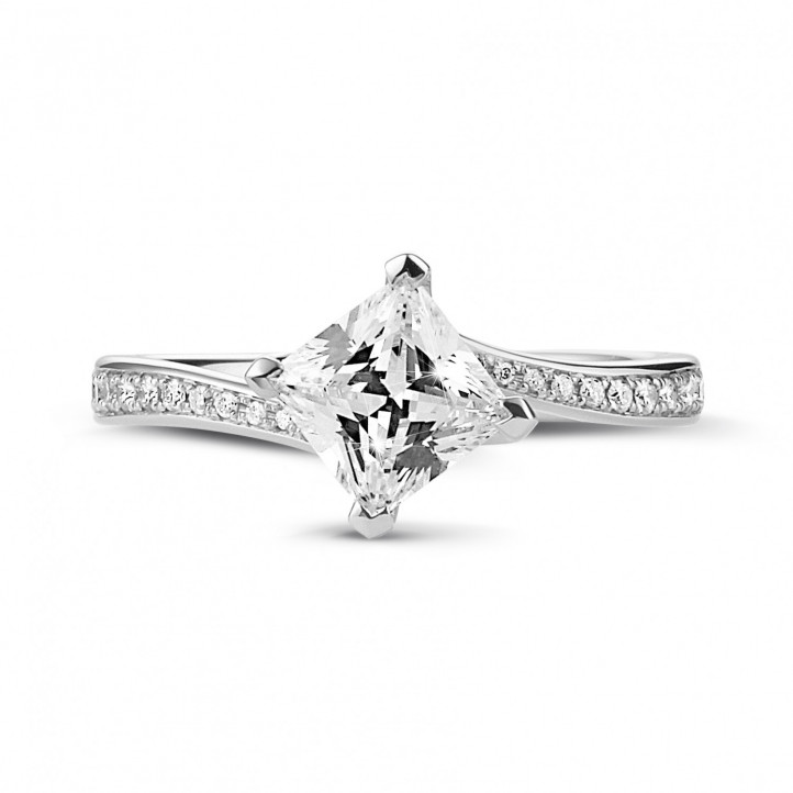 1.00 karaat solitaire ring in platina met princess diamant en zijdiamanten