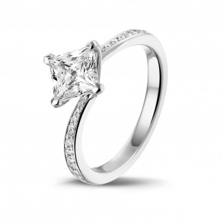 - 1.20 karaat solitaire ring in platina met princess diamant en zijdiamanten