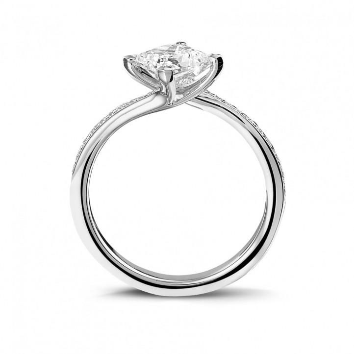 1.20 caraat solitaire ring in platina met princess diamant en zijdiamanten