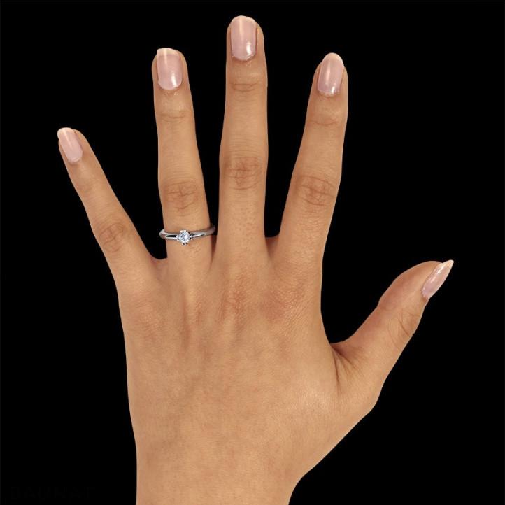0.25 karaat diamanten solitaire design ring in platina met acht griffen
