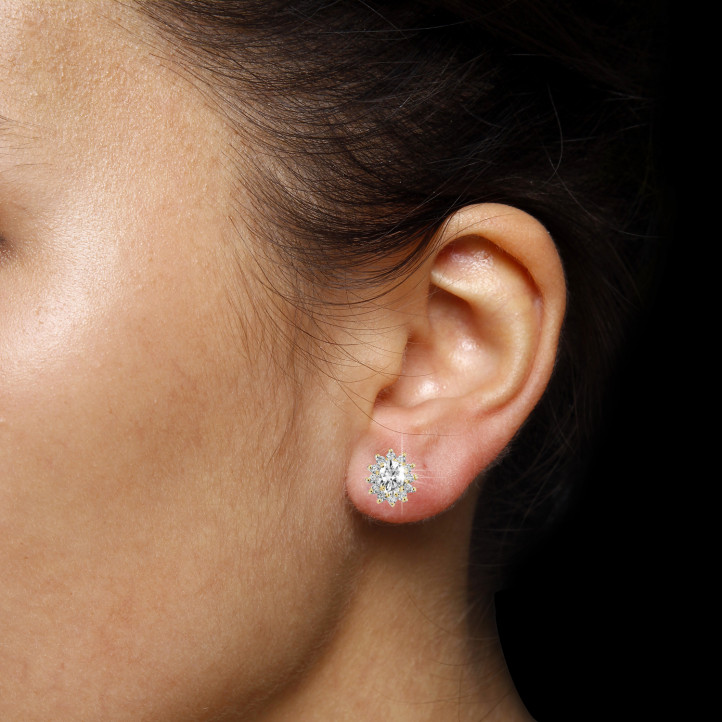 2.00 caraat entourage oorbellen in geel goud met ovale en ronde diamanten