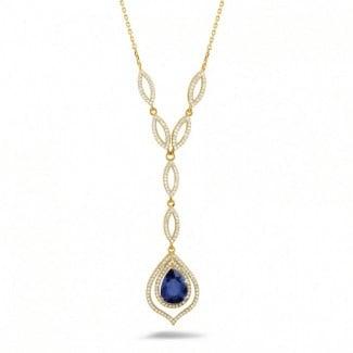 Juwelen met robijn, saffier en smaragd - Diamanten halsketting met peervormige saffier van ongeveer 4.00 karaat in geel goud