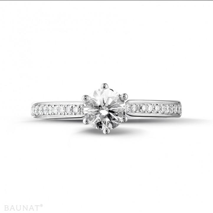 0.70 karaat diamanten solitaire ring in wit goud met zijdiamanten