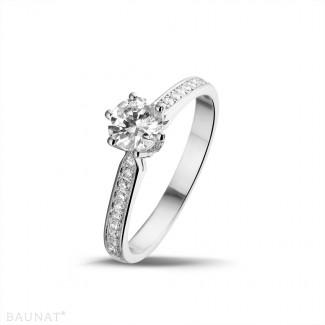 - 0.75 karaat diamanten solitaire ring in platina met zijdiamanten
