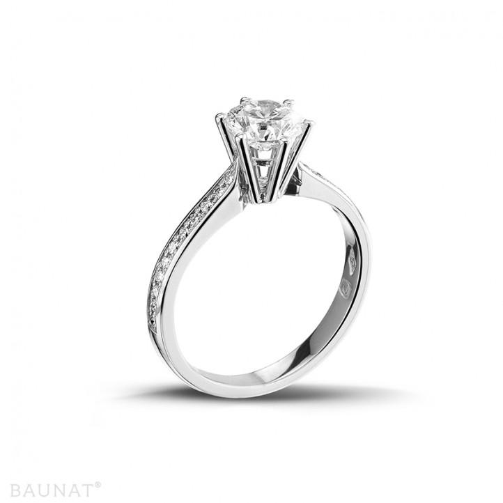 1.00 caraat diamanten solitaire ring in platina met zijdiamanten