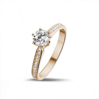- 0.75 karaat diamanten solitaire ring in rood goud met zijdiamanten