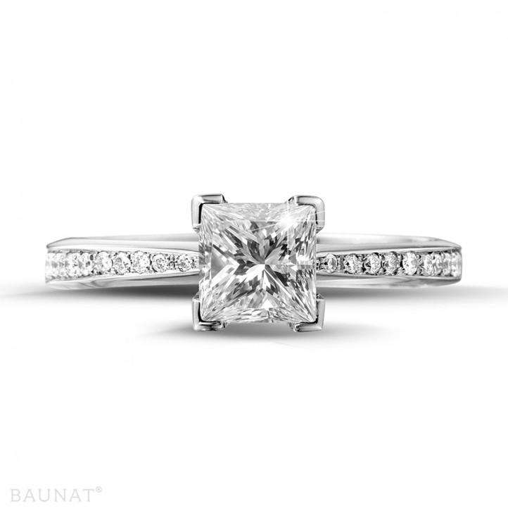 1.00 caraat solitaire ring in platina met princess diamant en zijdiamanten