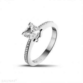 1.25 karaat solitaire ring in platina met princess diamant en zijdiamanten