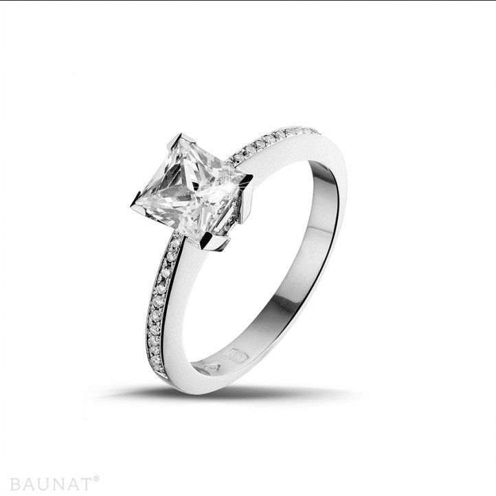 1.25 caraat solitaire ring in platina met princess diamant en zijdiamanten