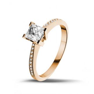 - 0.75 karaat solitaire ring in rood goud met princess diamant en zijdiamanten