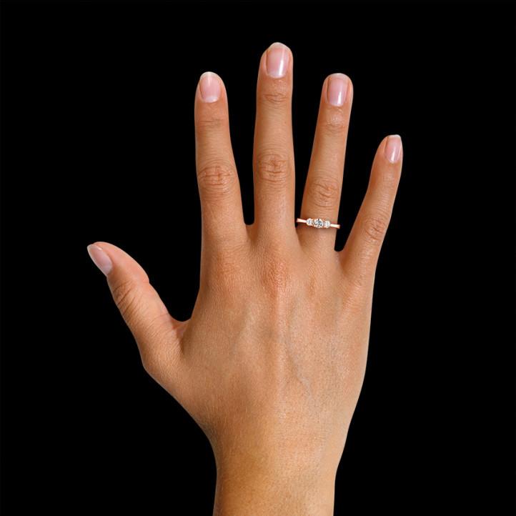 0.67 caraat trilogie ring in rood goud met ronde diamanten