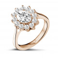 1.85 karaat entourage ring in rood goud met ovale diamant