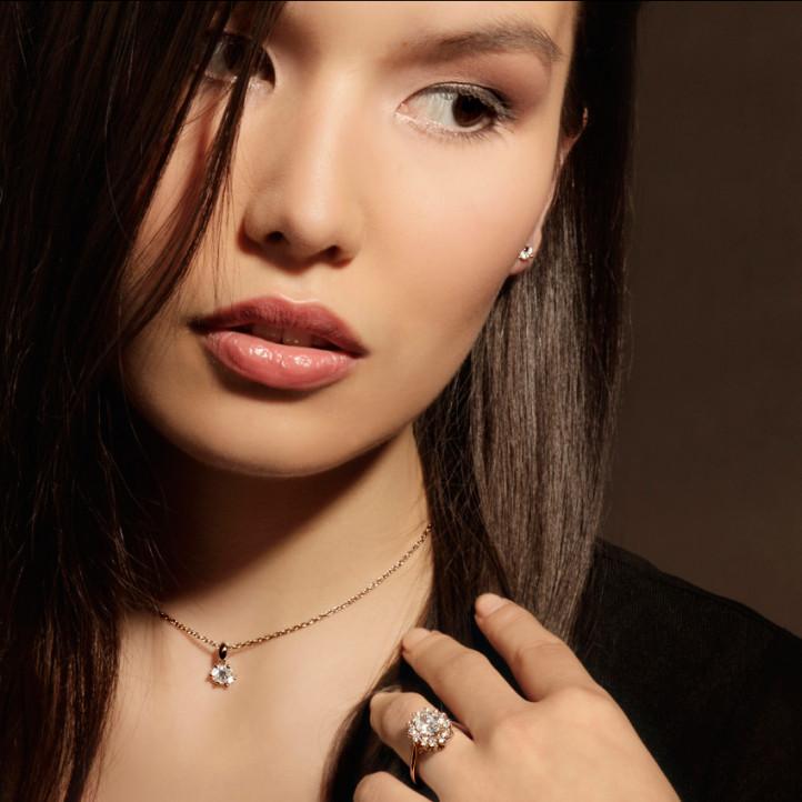 1.85 caraat entourage ring in rood goud met ovale diamant
