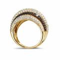 4.30 caraat ring in geel goud met witte en zwarte ronde diamanten
