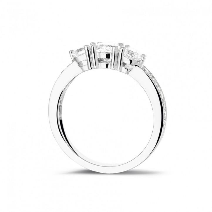 1.10 karaat trilogie ring in platina met zijdiamanten