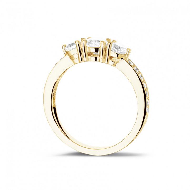 1.10 karaat trilogie ring in geel goud met zijdiamanten