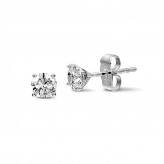 1.50 caraat klassieke diamanten oorbellen in platina met vier griffen