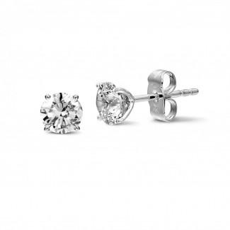 Witgouden Diamanten Oorbellen - 2.00 karaat klassieke diamanten oorbellen in wit goud met vier griffen