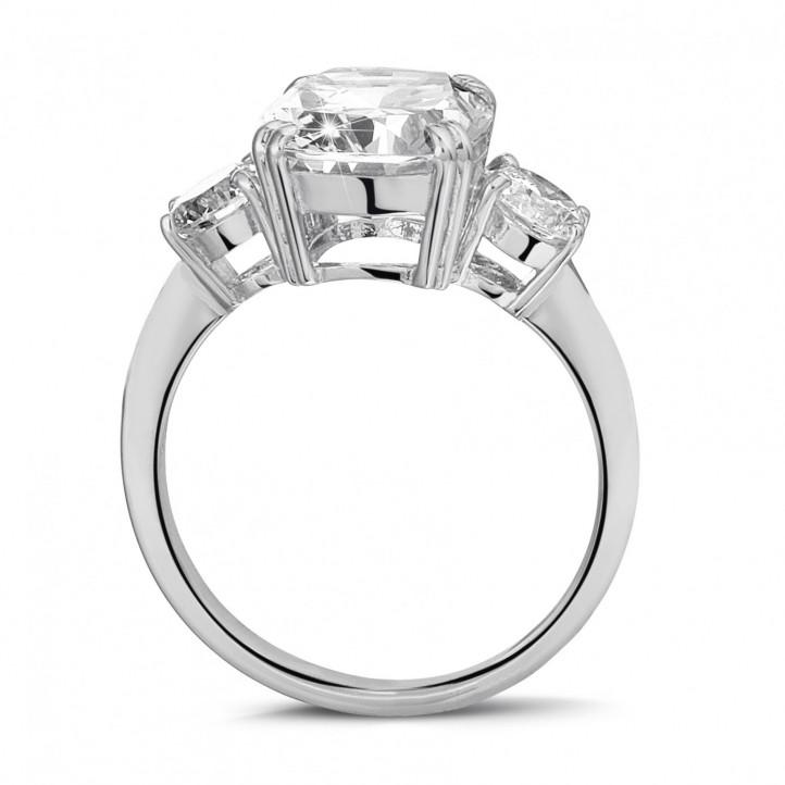 Ring in wit goud met cushion diamant en ronde diamanten
