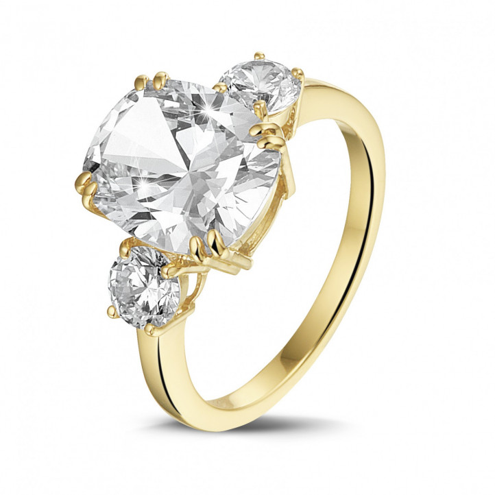Ring in geel goud met cushion diamant en ronde diamanten