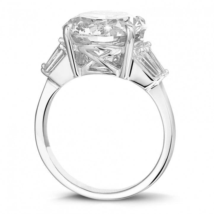 Ring in wit goud met ronde diamant en trapezoïde diamanten