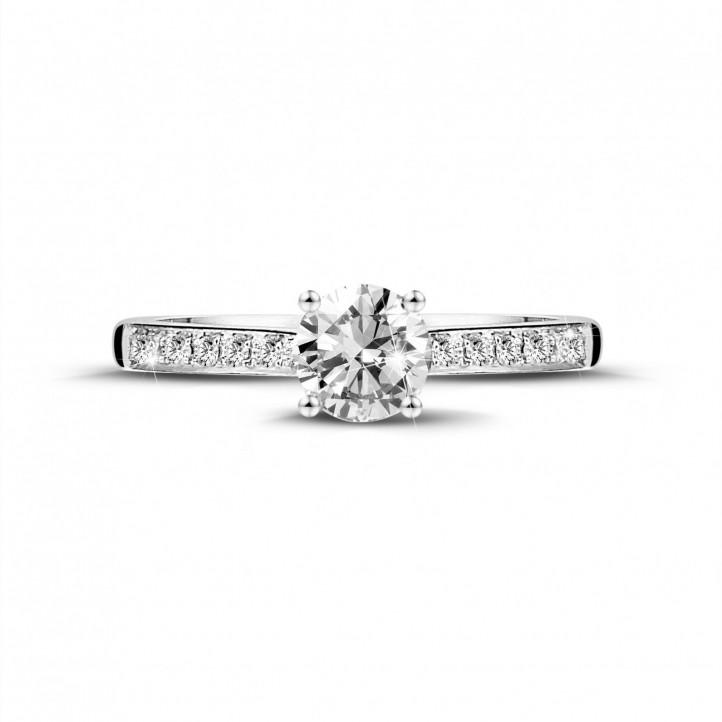 0.50 karaat solitaire ring in wit goud met vier griffen en zijdiamanten