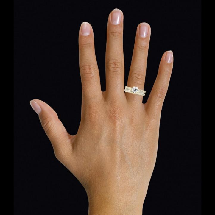 Set geelgouden diamanten trouwring en verlovingsring met 0.90 karaat centrale diamant en kleine diamanten