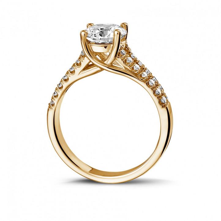 0.90 karaat solitaire ring in geel goud met zijdiamanten