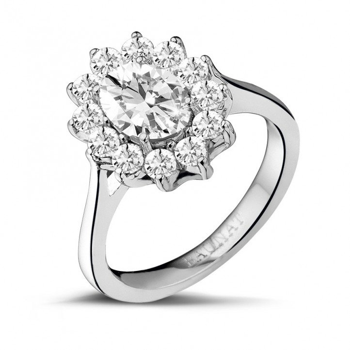 1.85 karaat entourage ring in wit goud met ovale diamant