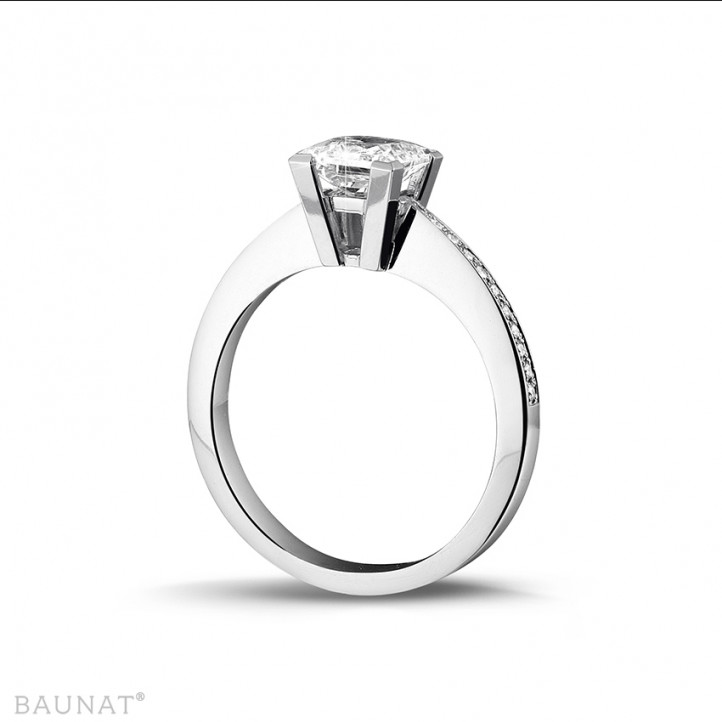 1.25 karaat solitaire ring in wit goud met princess diamant en zijdiamanten