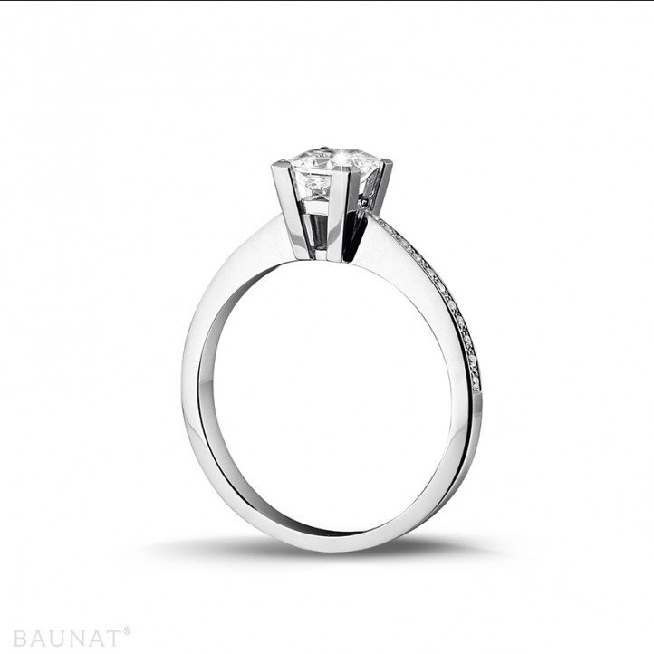 0.75 caraat solitaire ring in platina met princess diamant en zijdiamanten
