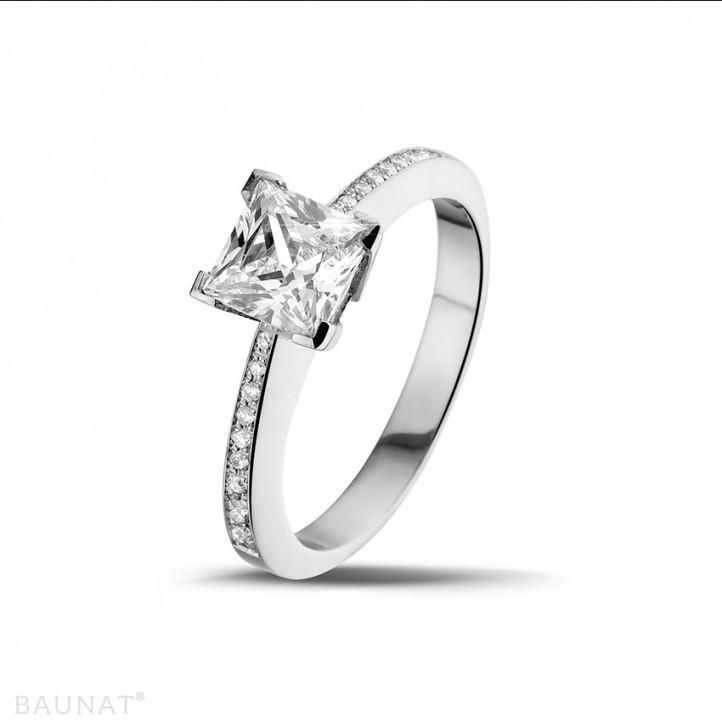 1.50 caraat solitaire ring in platina met princess diamant en zijdiamanten