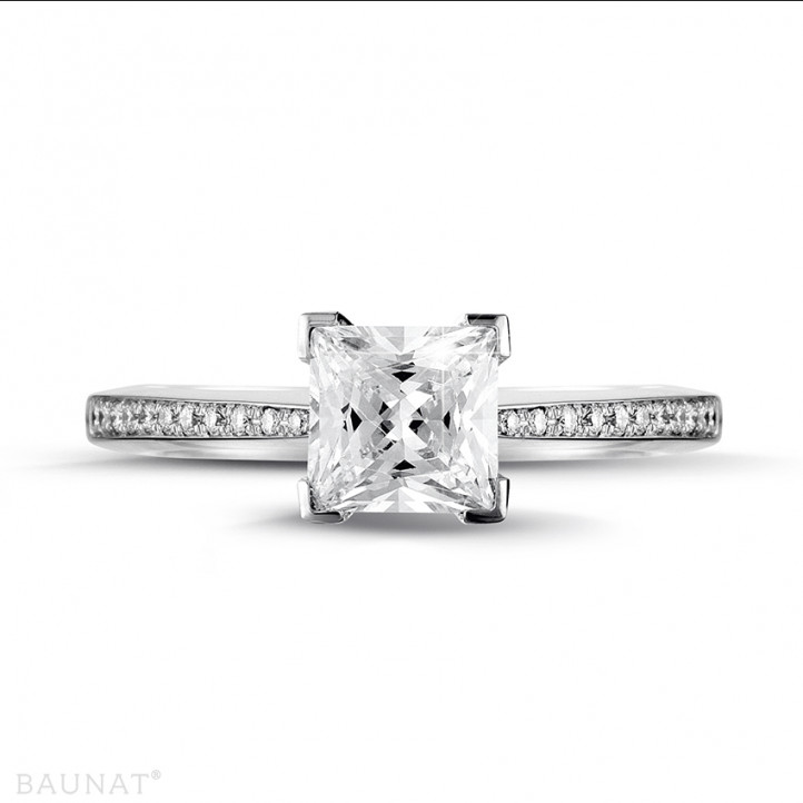 1.50 karaat solitaire ring in platina met princess diamant en zijdiamanten