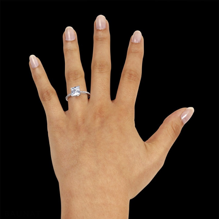 2.00 caraat solitaire ring in platina met princess diamant en zijdiamanten