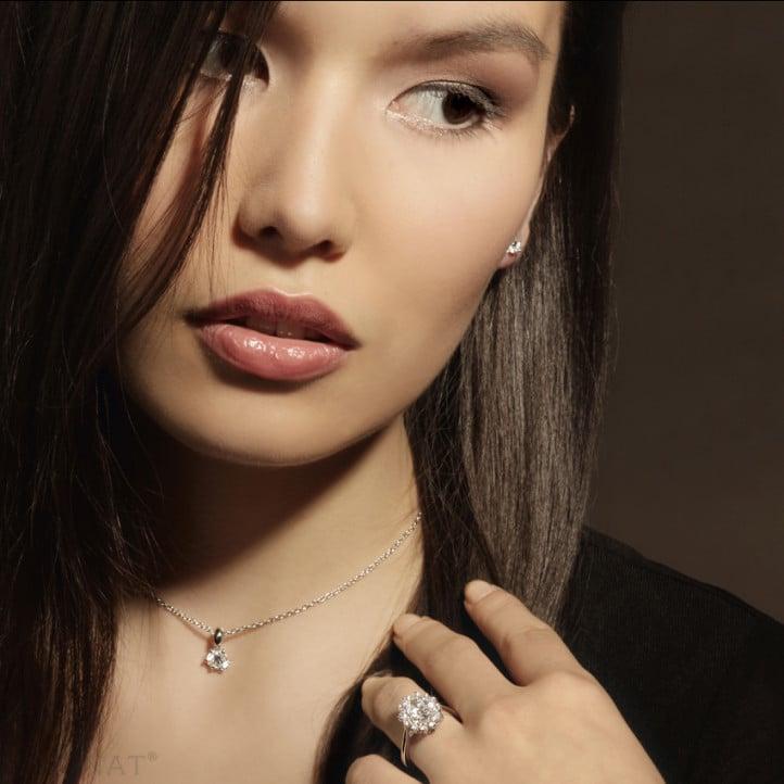 0.90 karaat entourage ring in platina met ovale diamant