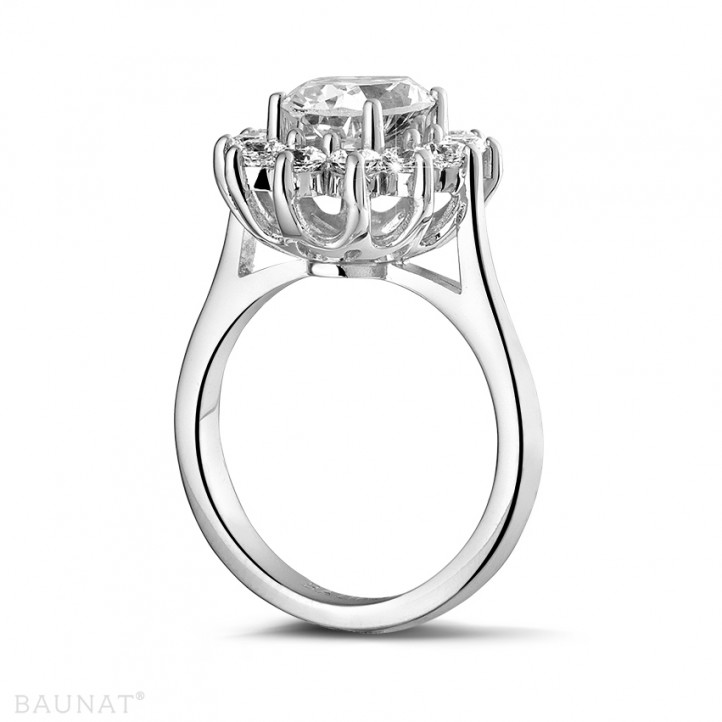 2.84 karaat entourage ring in platina met ovale diamant