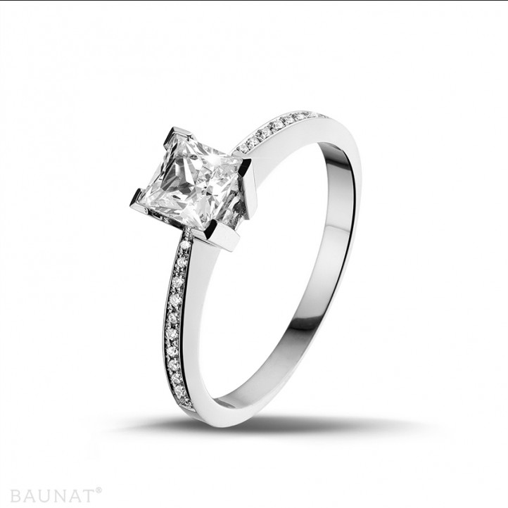 0.70 karaat solitaire ring in platina met princess diamant en zijdiamanten