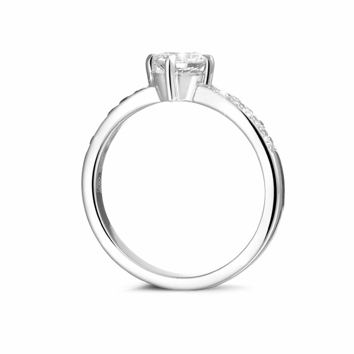 0.70克拉铂金单钻戒指 - 戒托群镶小钻